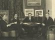 Ed. Sitska, Jaan Kitzberg, Peet Vallak, Kaarli Aluoja, J. Pütsepp vestlusringis. Tartu Kunstiklubi juhatus 1937 - KM EKLA