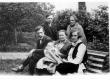 Mart Raud naise Lea, ämma ja poja Enoga (istuvad), seisavad Hugo Raudsepp naisega - KM EKLA