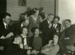 Veljestolased [1928]. I rida vas.: 1. Osvald Saadre , 2. Linda Vilmre, 3. Linda Tamman-Annist, 4. Elo Tuglas; II rida: 1. Friedebert Tuglas, 2. Voldemar Vaga, 3. Elsbet Markus-Parek, 4. Ants Oras, 5. Mart Lepik, 6. Julius Mägiste - KM EKLA