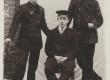 Hendrik Adamson (istub keskel), luuletaja ja kooliõpetaja 1912 (?) a. - KM EKLA