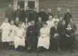 Hendrik Adamson (istub keskel) oma õpilaste ja kaasõpetajatega 1. VI 1923. a. - KM EKLA