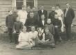 Hendrik Adamson (istub keskel) oma õpilaste ja kaasõpetajatega 1. VI 1923. (?)a. - KM EKLA