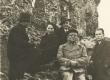 Hendrik Adamson (istub esiplaanil) grupifotol Viljandi lossivarmeis 10.11.1935.a. - KM EKLA