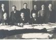 Päevalehe toimetus 1910-11. a. Seisavad vasakult: 1. J. Veidenstrauch, 2. G. E. Luiga, 3. A. Hanko, 4. A. Schnicker, 5. A. Fiskar, 6. J. Mändmets. Istuvad: 1. E. Virgo, 2. J. (?), 3. J. V. Veski - KM EKLA