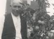 Jakob Mändmets oma aias - KM EKLA