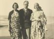 Dagmar ja Hedda Hacker tundmatuga 9.07.1928 - KM EKLA