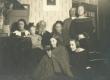 Marie Under tütarde ja vanematega, Artur Adson ja tundmatud - KM EKLA