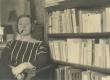 Under, M. istumas oma raamaturiiuli juures - KM EKLA