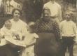 Marie Under grupifotol 1906. a. Kutðinos Moskva lähedal - KM EKLA
