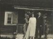 Aino ja Oskar Kallas Hiiumaal oma maja trepil - KM EKLA