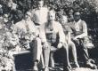 Paul Särgava, Peeter Solba, Ernst Särgava, Anna Solba ja Karl Särgava suvel 1932. a. Pirita Kosel oma aias - KM EKLA