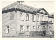 End. Sindi (vabriku) ministeeriumikooli hoone. Ukse kõrval 80. a. Jakob Tamm, E. Peterson-Särgava end. Õpilane - KM EKLA