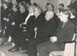 """Ernst Peterson-Särgava matus 16. IV 1958 - Matusest osavõtjad """"Estonia"""" kontserdisaalis. Keskel Fr. Tuglas abikaasaga - KM EKLA"""