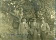 Vasakult: 1. Elo Tuglas, 2. Selma Oinas, 3. Fridebert Tuglas, 4. Jaan Vahtra, 5. Aleksander Tassa, 6. Aleksander Oinas Võru-Kasaritsas Puiga talus 1921. a.  - KM EKLA