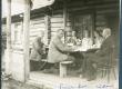 Vasakult: 1. Aleksander Oinas, 2. Aleksander Tassa, 3. Friedebert Tuglas, 4. A. Oinas-Kurvits, 5. Elo Tuglas, 6. Jaan Vahtra Võru-Kasaritsas Puiga talus 1921. a.  - KM EKLA