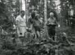 Kalju Lepik, Karl Ristikivi jt metsas - KM EKLA
