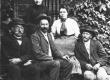 Jaan Kitzberg, August Kitzberg, Johanna Kitzberg ja Peeter Nõges Pöögle koolimaja trepil 1906  - KM EKLA
