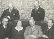 Istuvad: Friedebert Tuglas, Marie Under, August Gailit, Henrik Visnapuu, seisavad Artur Adson ja Johannes Semper - KM EKLA