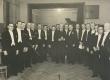 Artur Adson (keskel, kingitusega) oma 50. sünnipäeval 1939. a. Karl Leinuse kooriga - KM EKLA