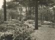 Under-Adsoni elukoht a. 1933-1944 Tallinnas Vabaduse pst. 12. Aias istuvad Elo ja Friedebert Tuglas - KM EKLA