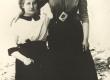 Jaan Kärneri õde Alma (istub) 1910. a. paiku - KM EKLA