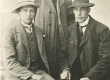 Vasakult Jaan Kärneri tulevane kälimees (naise õemees) Juhan Kolberg (Virula), Jaan Kärner ja Aleksander Kärner (Jaan Kärneri vanem vend) 1911. a - KM EKLA