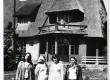 Ants Laikmaa majamuuseum Taeblas.  Maja ees käsikirjade osakonna töötajad vasakult: Silvi Kolk, Eva Aaver, Rutt Hinrikus, Hilve Rebane [1974/75] - KM EKLA