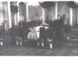 Haava, Anna põrm TRÜ aulas. 16.03.1957.a. Auvalves vasakul: 1) Erni Hiir, 2) Betti Alver. Paremal: 1) Paul Rummo, 2) Feliks Kotta. - KM EKLA
