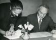 Vas.: Helene Siimisker ja Paul Viiding 27.11.1959. a. helilindistamisel Tallinnas. - KM EKLA
