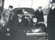 E. Tuglas, V. Treumann, autojuht ?, F. Tuglas. Ring ümber Võrtsjärve, Puhja kirikukülas 29. IV 1939 - KM EKLA