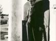 Friedebert Tuglas Reola kõrtsi ees 1938. a. Orig.: F. Tuglase majamuuseumis - KM EKLA