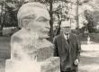 """Friedebert Tuglas """"graniidist Tuglas'ega"""" Uderna kooli pargis 14. sept. 1967. a. - KM EKLA"""