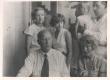 Eduard Vilde, Aurora Semper, pr. Jõesaar, Emilie Vares-Barbarus ja Johannes Semper tütrega Pärnus 1932. a. suvel - KM EKLA