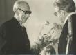Mart Raud oma 75. sünnipäeval sept. 1978. Õnnitleb Aadu Hint - KM EKLA