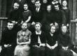 Karl Ristikivi algkooli lõpupilt 1. juunil 1927. a., VI klass. I rida (vas.): 1. Karl Ristikivi, 2. Ksenja Sepp, 3. õpetaja Mai Reedlich, 4. Alma…, 5. õp. Reedlichi õde; II rida: 1. Ants Jaagu, 2. Anni Brand, 3. õpetaja Leo Sepp, 5. Ritsu Arno; III rida 1. koolijuhataja Viktor Luht, 2. Velleste Jaan, 3. Martin Reek, 4. õpetaja Anni Laur, 5. Ella Köösel-Korju  - KM EKLA