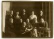 Ees istub Peeter Parikas. I reas vas.: 1. Anna Kõrv, 2. , 3. Mari Parikas, 4. Alice Kõrv, 5. Johannes Parikas; II reas vas.: 1. J. Lepa, 2. Lilli Parikas, 3. Ants Laikmaa, 4. , 5. Paul Olak 1921  - KM EKLA