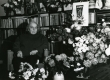 Betti Alver kodus oma 80. a. juubelilillede keskel 25. nov. 1986. a - KM EKLA