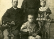 Betti Alver koos venna ja vanematega perekonnapildil u 1910. a. - KM EKLA