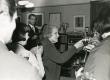 Betti Alver J. Liivi nim. luuleauhinna vastuvõtmisel koos külalistega aprillis 1968. a. oma kodus Koidula tn. 8-2 - KM EKLA