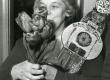 Betti Alver J. Liivi nimelise luuleauhinnaga oma kodus Koidula tn-l 1968. a. - KM EKLA