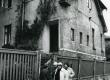Betti Alver oma endises elukohas Tartu, Pargi tn. 2. Taga vasakul Renate Tamm, paremal Velli Verev, seljaga Linda Nigul. 1982. a. - KM EKLA