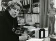 Betti Alver oma kirjutuslaua taga kodus, Koidula tn 8-2 kevadel 1980 - KM EKLA