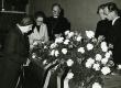 Karl Ristikivi matused 17.8.1977 Jakobi kirikus. Vas. 1. Herman Rajamaa, 4. Konrad Veem, 5. Helga Nõu, 6. Enn Nõu  - KM EKLA