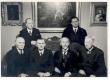 """Koguteose """"Jaan Tõnisson"""" valmimise puhul 1939 Jaan Tõnissoni korteris Tööstuse tänaval. Pildil Tartu Eesti Põllumeeste Seltsi juhatuse liikmed ja 2 auliiget - esireas K. E. Sööt (auliige), H. Lauri (s. esimees), Jaan Tõnisson (auliige), J. Brandt (abiesimees), teises reas A. Parosta ja P. Kanarik - KM EKLA"""