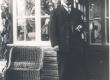 Jakob Liiv Rakveres, Viru t. 19 oma maja ees 1929. a. - KM EKLA