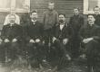 Hendrik Adamson (tagumises reas vas. 3.) Kärstna ministeeriumikooli õpilasena, õpetaja Märt Meos vas. 2. alumises reas - KM EKLA