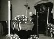 Karl Ristikivi matusetalitus Jakobi kirikus Stockhomis 17.08.1977. Puusärgi juures August Mälk - KM EKLA
