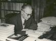 Fr. Tuglas töölaua taga 30. V 1958. a. - KM EKLA