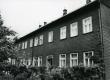 Betti Alveri elukoht koos vanematega Tartus Õnne tän. 23 (õuepäälne maja aia pool küljes kolm viimast akent alumisel korrusel) ca 1930-1932  - KM EKLA