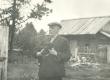 Hendrik Adamson koduõues Viljandimaal Kärstnas 1944 - KM EKLA
